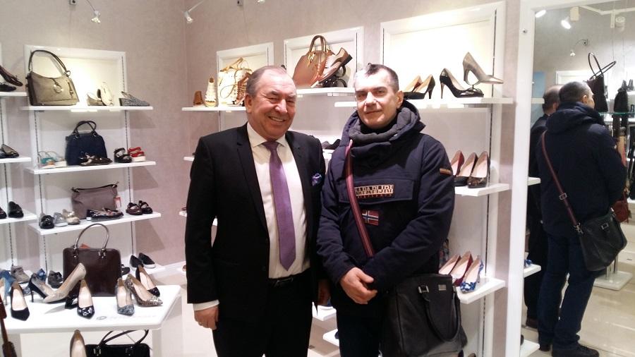 e9393499 Компания выпускает летнюю, демисезонную и зимнюю обувь для мужчин и женщин,  в московском магазине бренда представлена женская коллекция, в ней -  изящные ...