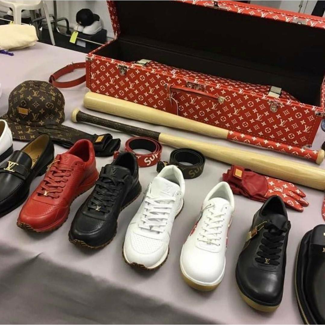 5229c2f2bb5a Американская марка одежды и аксессуаров для скейтеров Supreme расширила  свое влияние за счет партнерства с люксовым французским брендом Louis  Vuitton.