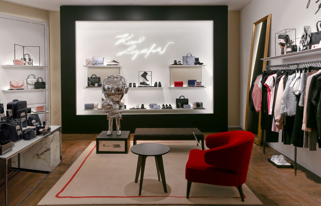 389af9d16dbb В бутике также можно найти уникальные сумки из линии «K  Signature»,  которые украшены подписью самого Карла Лагерфельда. В числе фанатов сумок   Кендалл ...