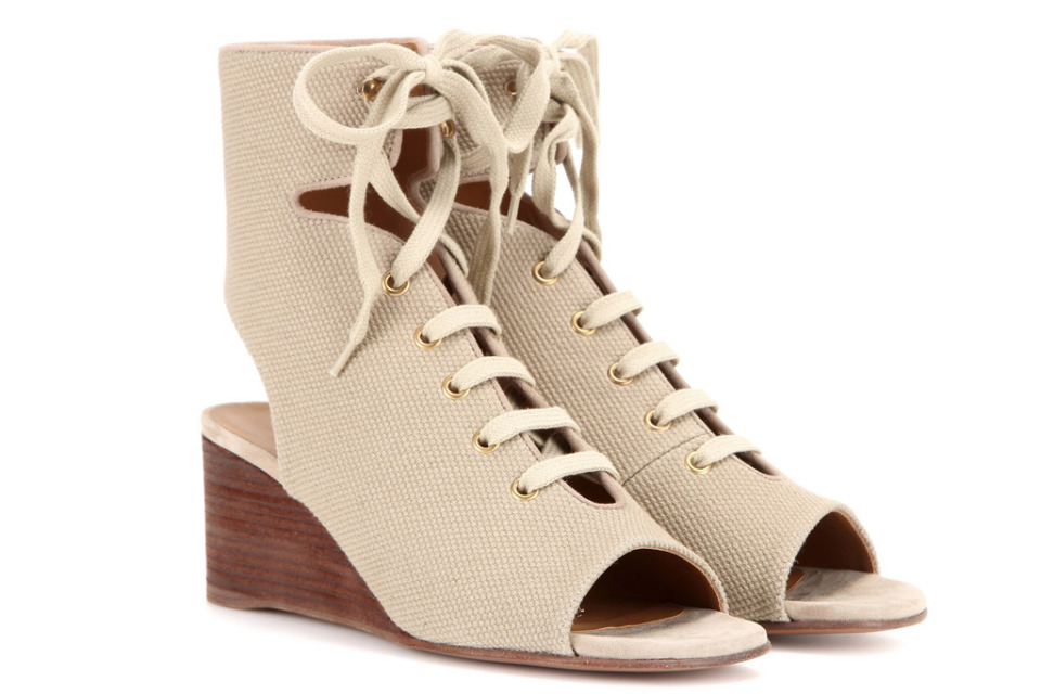 Models of women's shoes relevant in summer and autumn