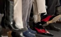 Das Logo wird auf ukrainische Schuhe aufgebracht
