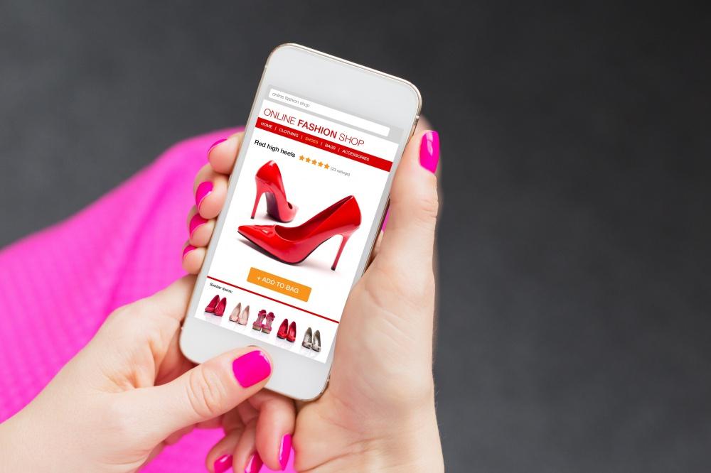 Das Mobiltelefon gibt Auskunft über die Kreditwürdigkeit des Kunden