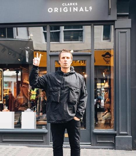 Liam Gallagher, musicista degli Oasis nel negozio di Clarks