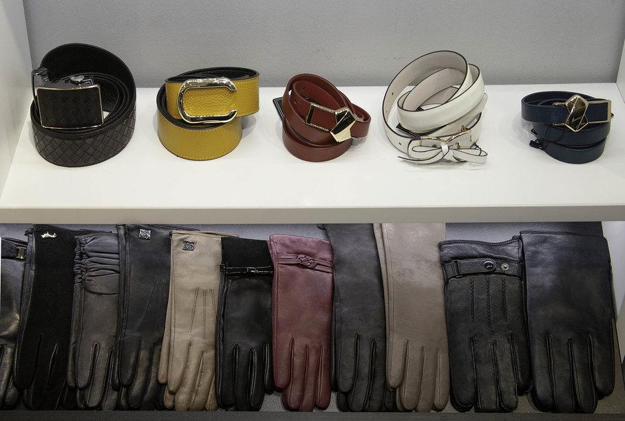 Open display of accessories in the Vera Victoria Vito store