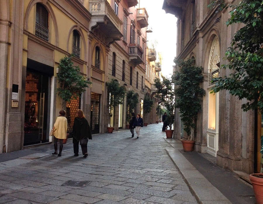 Shops resume in Italy