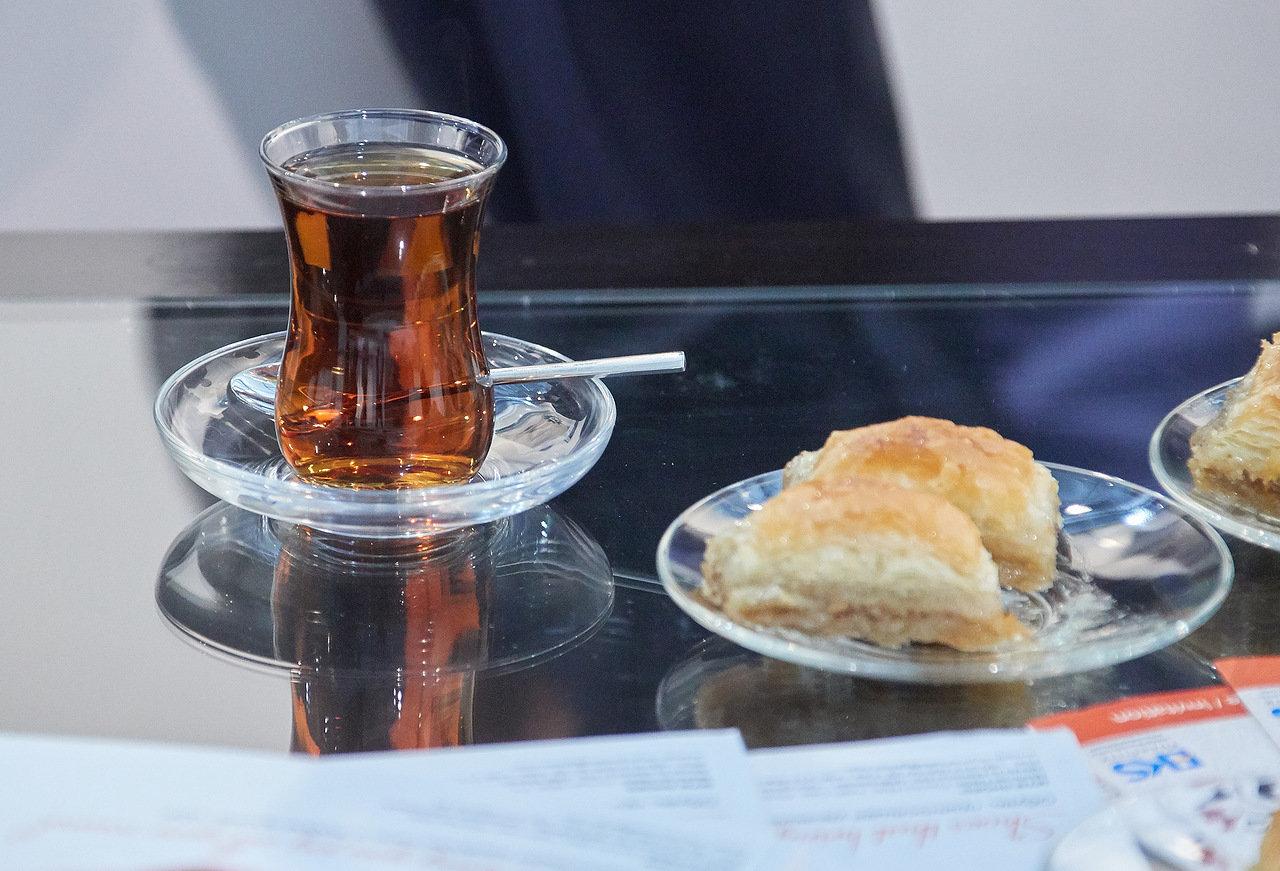 Tè turco e baklava - catering dello stand nazionale della Turchia presso Euro Shoes Premiere Collection