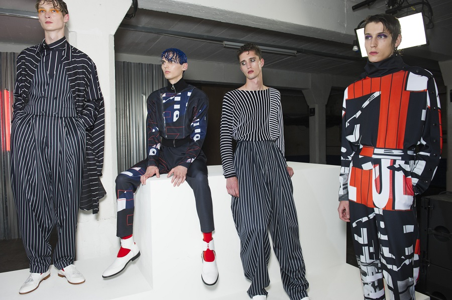 5 моделей обуви белого цвета на подиуме London Fashion Men's Week