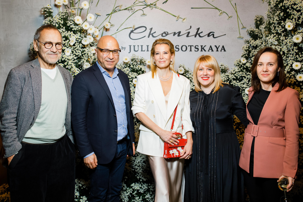Econika has released a collaboration with Julia Vysotskaya