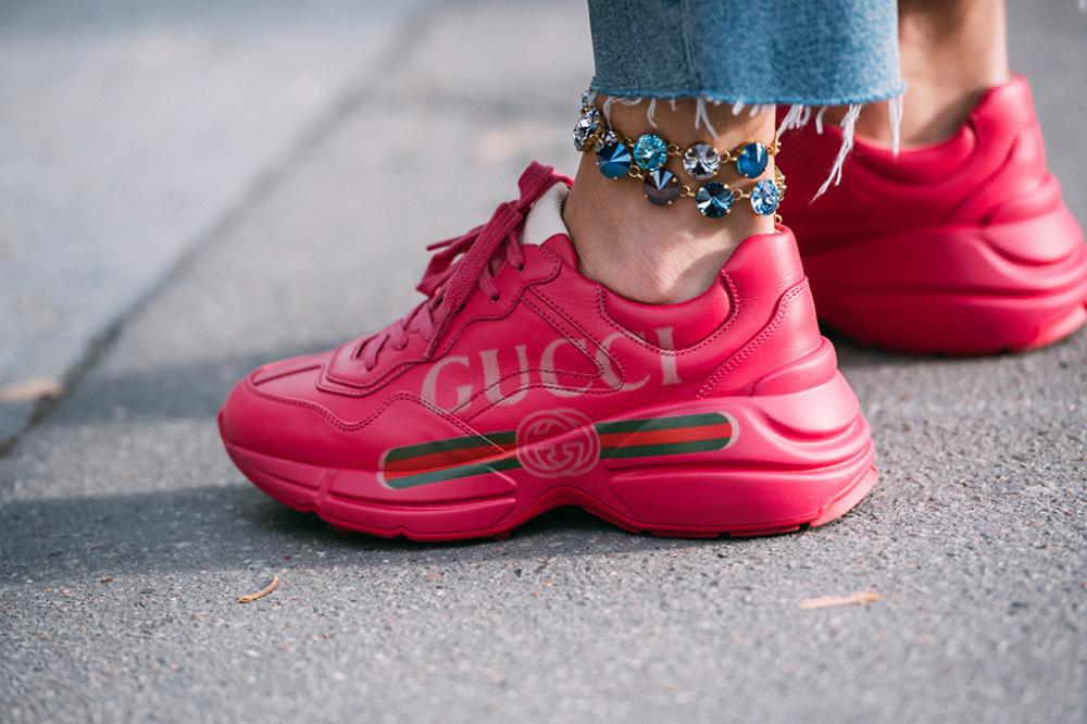 Trendige Schuhe auf den Straßen von Paris während der Fashion Week