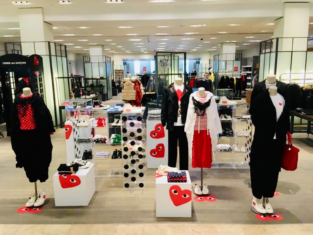 Pop-up-Laden Comme Des Garçons Spielen Sie am Valentinstag im Kaufhaus Tsvetnoy in Moskau