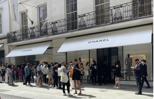 Huge queues lined up at Chanel boutiques in London