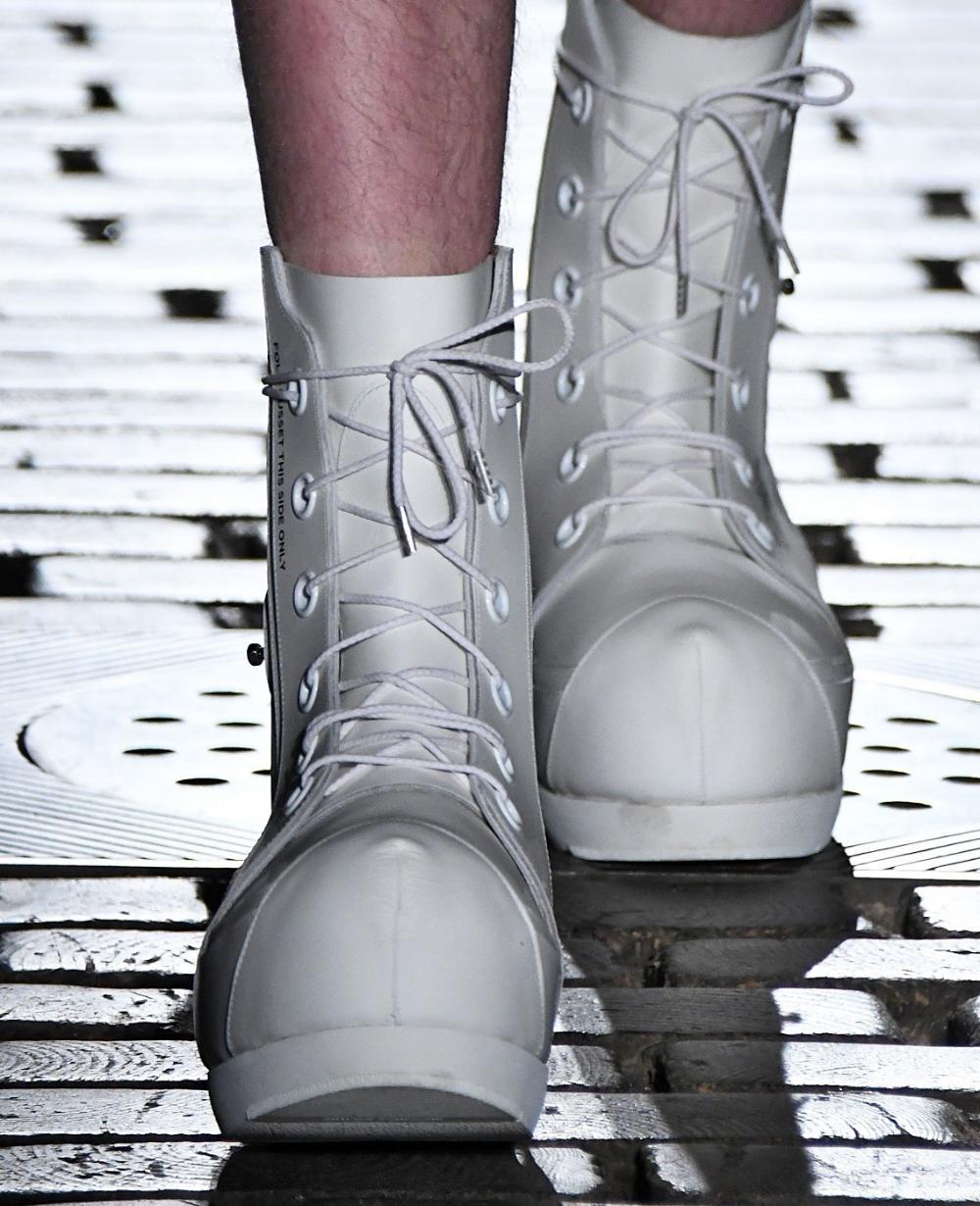 Design: massive nose due to hidden wedge heels