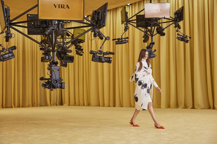 Prada presenterà la sua collezione Primavera 2022 in contemporanea a Milano e Shanghai
