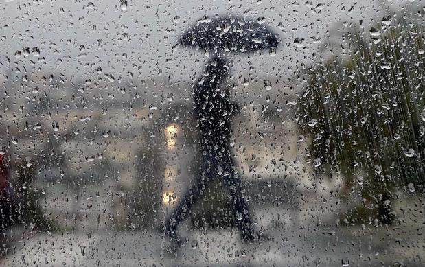 I rivenditori notano una domanda lenta per i sandali e un aumento delle vendite di galosce e ombrelli