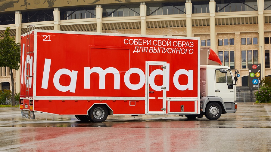 Lamoda sent Lamoda mobile through Moscow streets to prepare for prom
