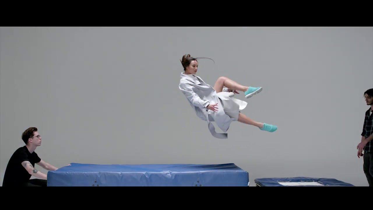 Sulla pubblicità di foto e video - danza. Quindi, il marchio ha sottolineato le caratteristiche tecnologiche delle scarpe, la sua traspirabilità.