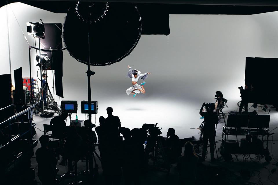 Per la campagna Nebulosa Geox, il marchio ha portato alla collaborazione il fotografo di moda John Rankin Wadell.