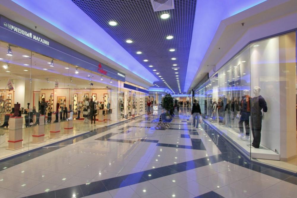 Quanto dovrebbero funzionare un centro commerciale e un negozio di scarpe?