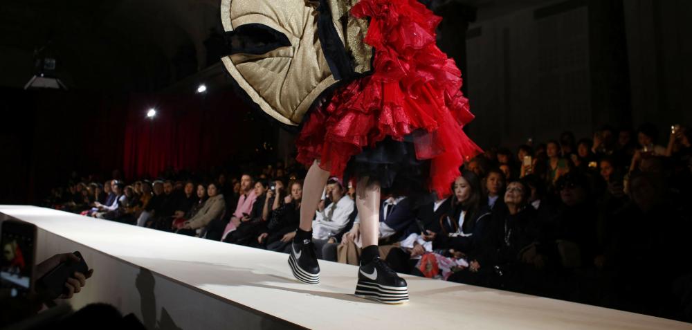 Enfasi sulle scarpe da ginnastica. I marchi di scarpe stanno cercando di includere modelli di abbigliamento sportivo nella loro collezione.