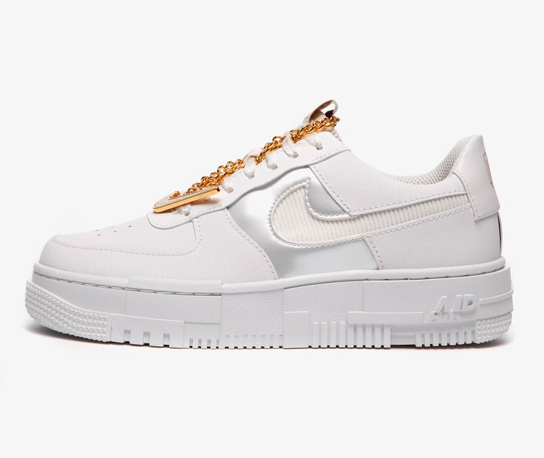 Nike adorna le sneakers da donna con una catena d'oro