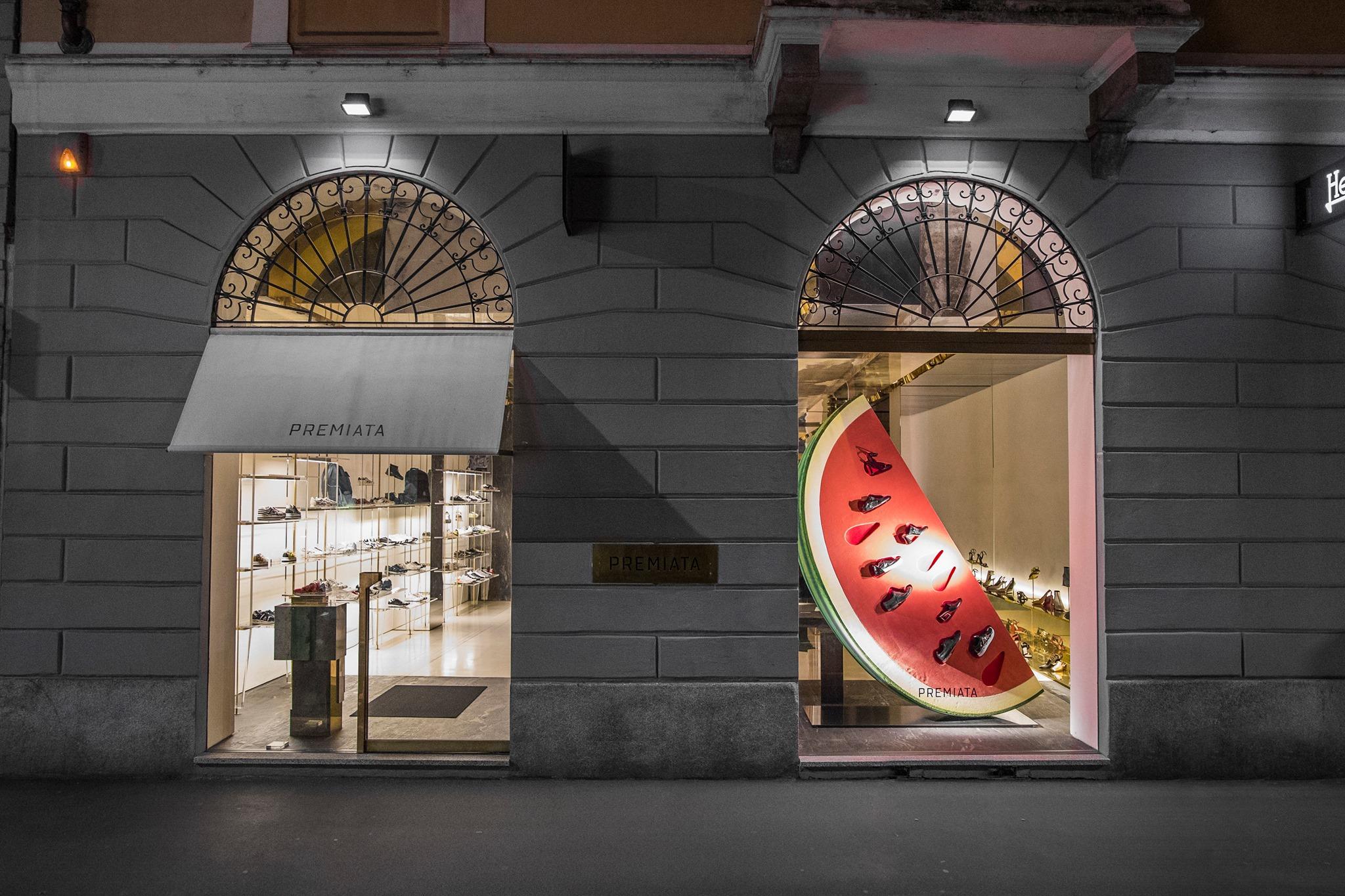 Vetrina del negozio di scarpe Premiata Milan a Milano con illuminazione serale