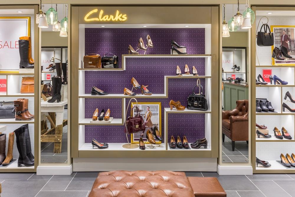 L'interno del negozio Clarks nel centro commerciale di Mosca Afimall City