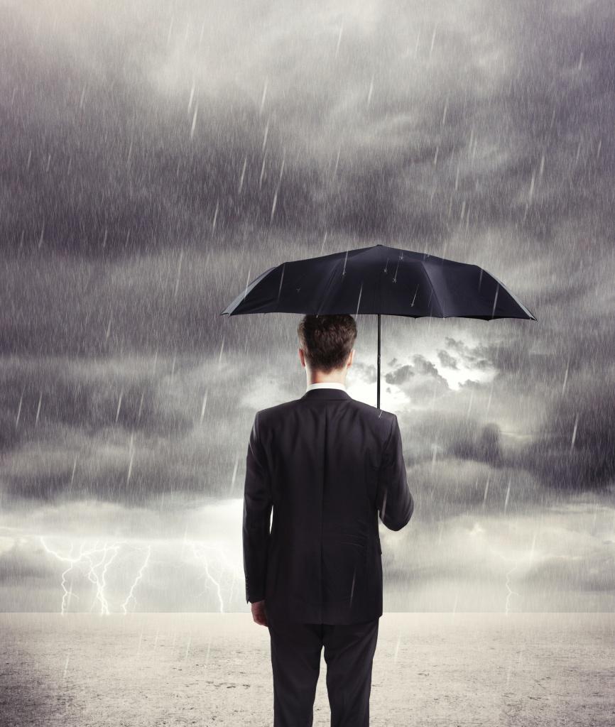 Man-con-ombrello-protection.jpg