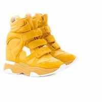 Isabel Marant ha riproposto le sue iconiche sneakers con zeppa