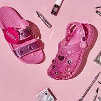 Crocs 'verputzte' Clogs in Zusammenarbeit mit Benefit Cosmetics