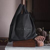 Salvatore Ferragamos neue Linie von Herrenaccessoires feiert die glorreiche Geschichte der Marke