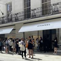 Enormes colas en las boutiques de Chanel en Londres