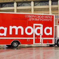 Lamoda envió móvil Lamoda a través de las calles de Moscú para prepararse para el baile de graduación