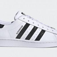Adidas Originals aggiunge lucentezza a tre delle sue iconiche sneakers